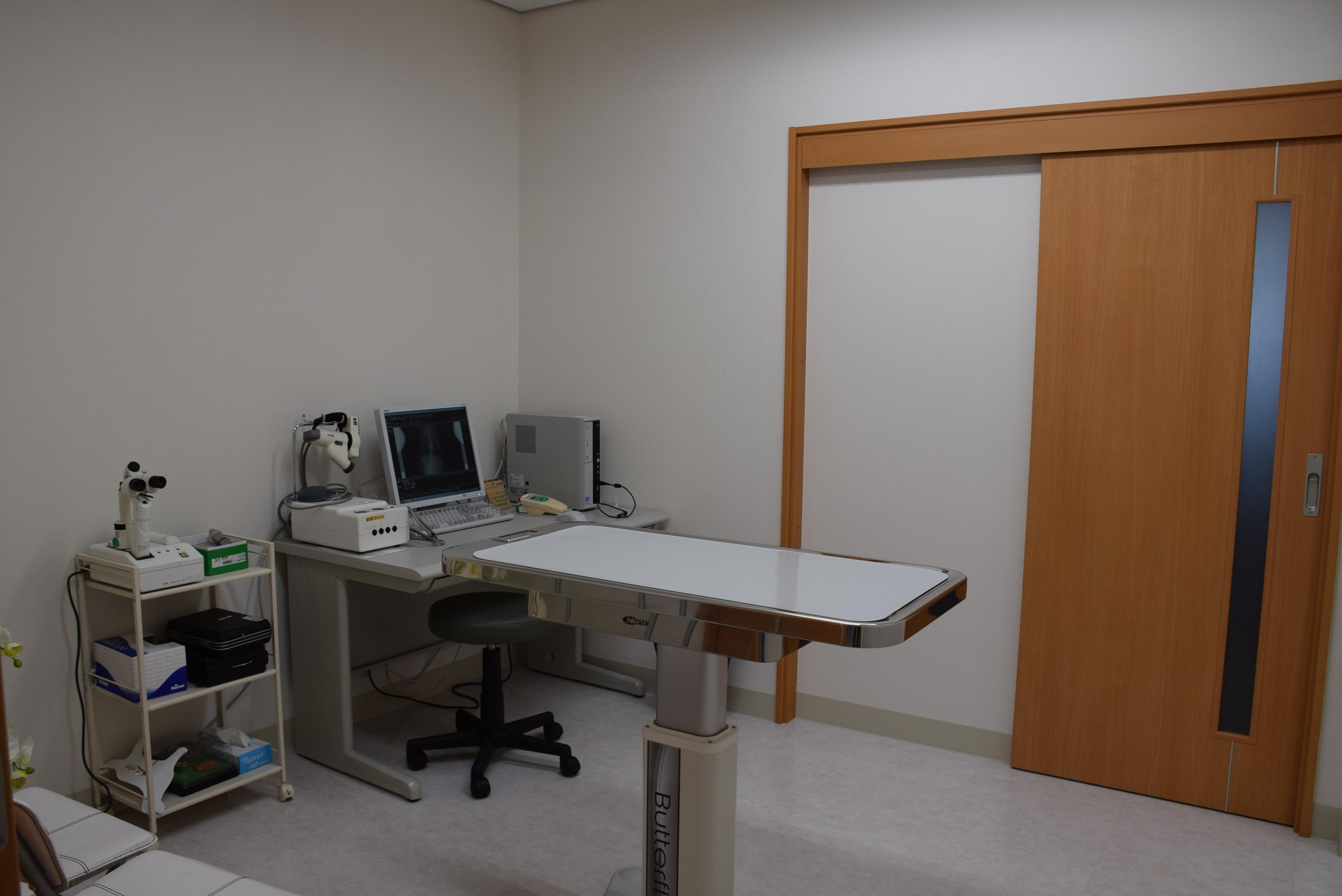 各診察室は広く、すべての部屋でレントゲン画像、CT画像、MRI画像が閲覧出来ます。