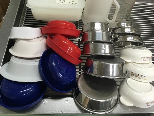 ペット達のご飯食器を洗って頂いたところです。一つ一つの丁寧なお仕事が、ペット達の健康を支えます。