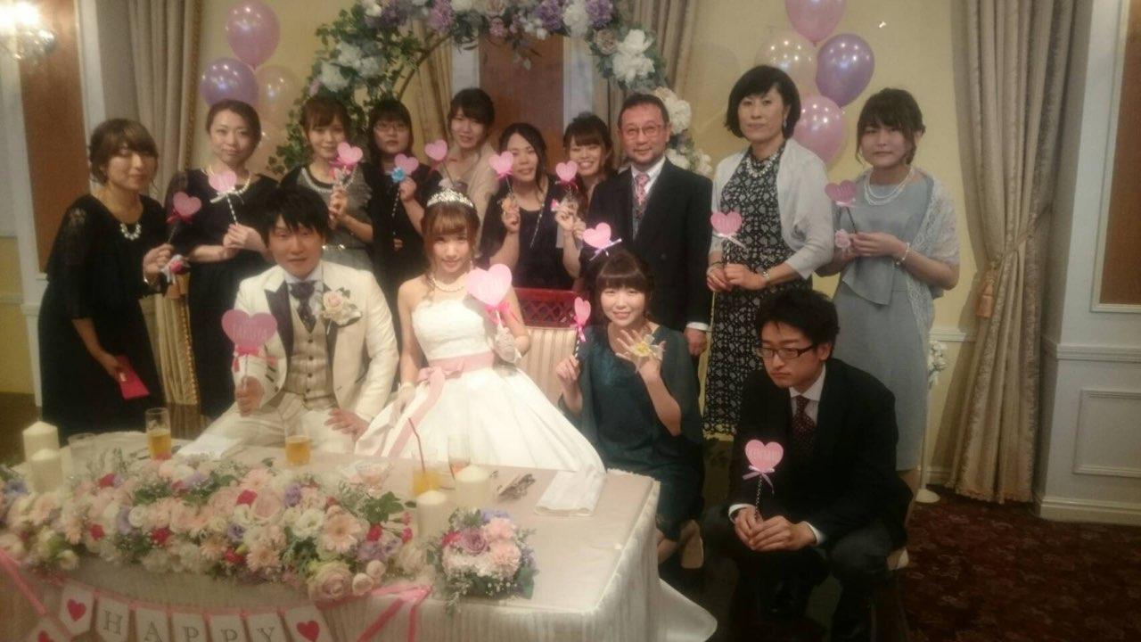 スタッフの結婚式で記念撮影